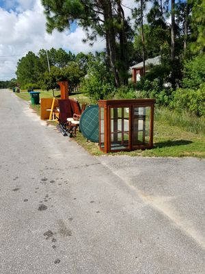 Table chairs and hutch for Sale in Navarre, FL