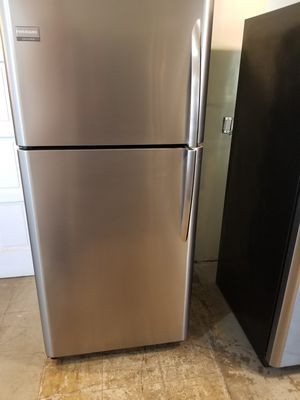 Frigidaire Gallery Stainless Steel top freezer refrigerator very clean works great fully functional for Sale in Long Beach, CA