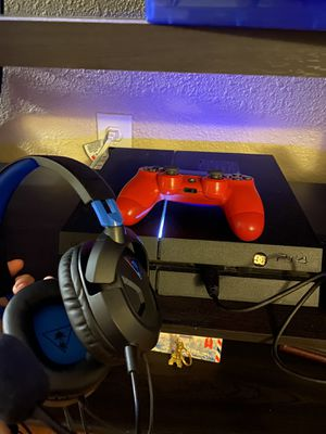 Ps4 w/ 1 controller, turtle beach headset, 2 games, and a 1 tb external hard drive for Sale in Buena Park, CA