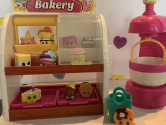 SHOPKINS BAKERY WITH MIXER, 2 BASKETS & 12 SHOPKINS! GREAT CONDITION AND CLEAN!! for Sale in Modesto,  CA