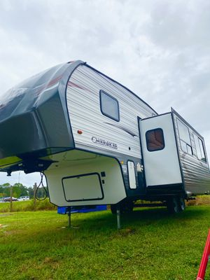 2014 forest river Cherokee fifth wheel 2 slides for Sale in Tampa, FL