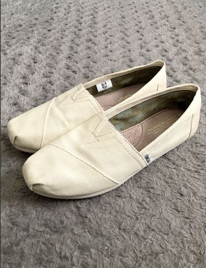 Women's TOMS Classic Slip-On shoes retail $58 size 8.5 Like new excellent condition no marks or issues. With fun animals lining. Casual Shoes light c for Sale in Washington, DC