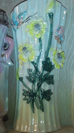 Pretty ceramic vase with flowers for Sale in Colmesneil, TX