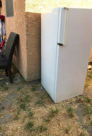 Free refrigerator (doesn't work) for Sale in Huntington Park, CA