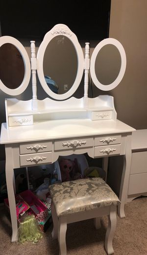 HONBAY Trifold Mirrors Makeup Vanity Table Set for Sale in Auburn, WA