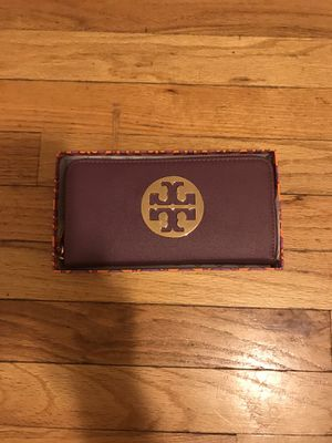 Tory Burch wallet (plum) for Sale in Chicago, IL