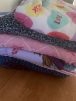 LOT OF 7 MED SIZED GIRLY BLANKETS for Sale in Newburgh Heights,  OH