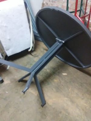 Round metal table W/4 chairs. for Sale in Chicago, IL