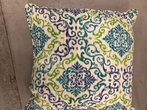 6 Patio Pillows (4 solid and 2 w design) for Sale in Chicago, IL