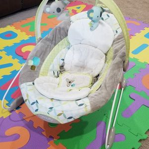 Baby Bouncer - Automatic With White Noise for Sale in Bothell, WA