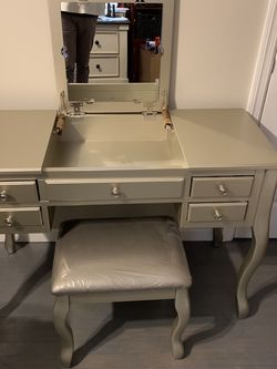 Makeup/Vanity Desk With Folding Mirror &drawers for Sale in Cranford,  NJ