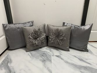 4 small couch pillow set for Sale in Columbus,  OH