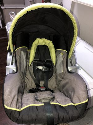 Infant car seat with base for Sale in Port St. Lucie, FL