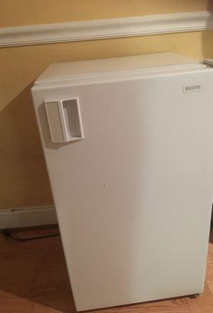sanyo Small refrigerator for Sale in Sterling, VA