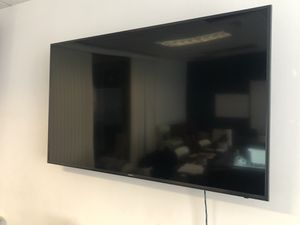 65 Inch Samsung 4K Smart TV with Tilting Wall Mount for Sale in Los Angeles, CA
