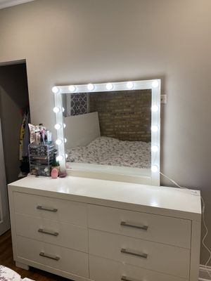 Dresser with make up lights and mirror for Sale in Lincolnwood, IL