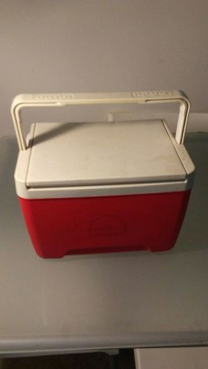 IGLOO Red and White Cooler for Sale in Silver Spring, MD