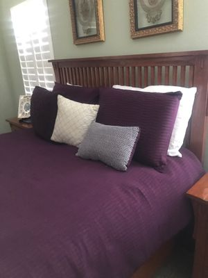 Queen bedroom set .you have to move the set I live in a 2 story home its up stairs for Sale in Fresno, CA