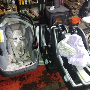 Car Seat And 3 Bases for Sale in Cleveland, OH