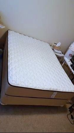 Excellent Queen Sealy Mattress / Box Spring / Smart Platform Bed Frame for Sale in Renton,  WA