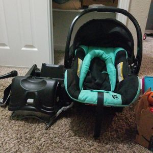 Infant Car Seat With Base for Sale in Damascus, OR