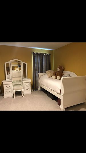 White wood day-bed with vanity set for Sale in Sterling, VA