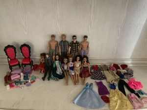 12 Barbie dolls,4 boys and 7 girls,37 accessories,16 clothes!!!!! for Sale in Peoria, AZ
