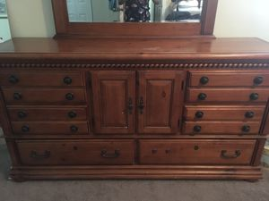 Dresser with mirror for Sale in Pembroke Pines, FL