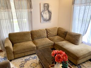 Sectional couch with chaise for Sale in Atlanta, GA