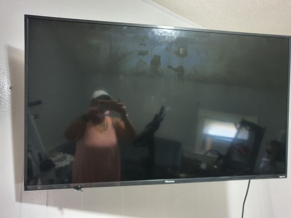 Henzio Tv smart tv with 2 remotes barely used 50 inches