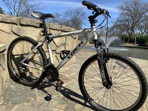 Gorgeous TREK Mountain Bike comes w/ extras stuff for Sale in Irving, TX