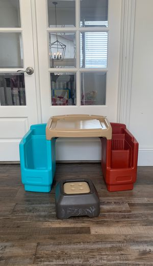 Amazing Plastic kids desk - toddler age for Sale in Redondo Beach, CA