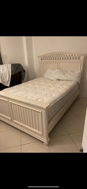 Posturepedic queen bed with solid wood frame 3 months old for Sale in Miami, FL