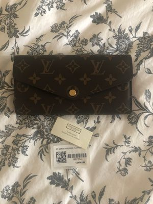 Authentic Louis Vuitton Sarah Wallet in Monogram Fushia for Sale in Takoma Park, MD