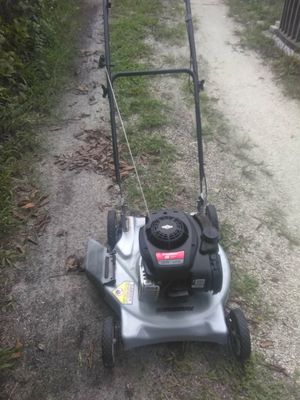 MURRAY Briggs N Stratton Lawn mower need carburetor bowl clean out has clean gas and oil for Sale in Tampa, FL