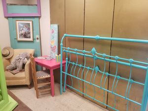 Queen frame bed no rails for Sale in McAllen, TX