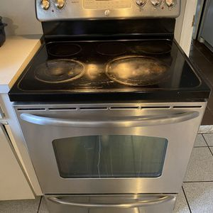 30 in. GE Electric Range with Self-Cleaning Convection Oven for $200 for Sale in Plainview, NY