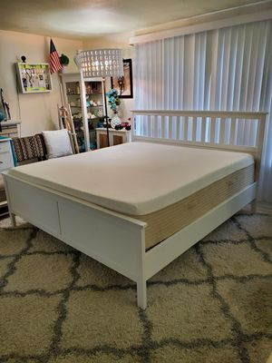 Beautiful king platform bed frame with memory foam mattress for Sale in Shoreline, WA