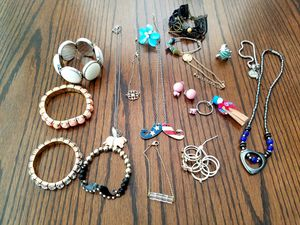 Cheap costume fashion jewelry 17 piece lot for Sale in Aledo, TX