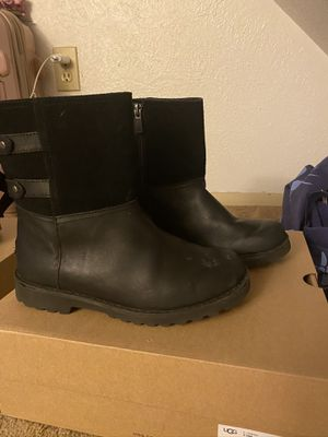 Black uggs boots w bow's on the back size 2 for Sale in Cincinnati, OH