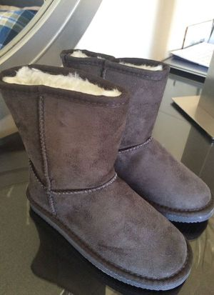 Girls Gray Boots NEW sz 2 for Sale in Los Angeles, CA