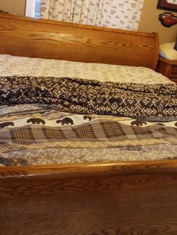 Beautiful Oak King Sleigh Bed And Matching Mirror And Dresser for Sale in Vancouver,  WA