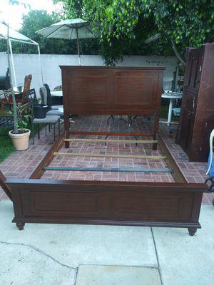 cama Queen Size de madera excelentes condiciones for Sale in Lynwood, CA