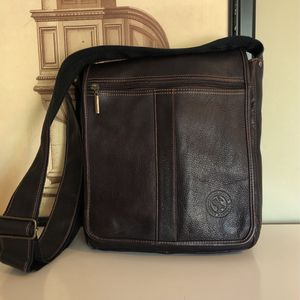 EUC Leather Distressed Messenger Purse Crossbody for Sale in Santa Ana, CA