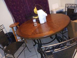 Mesa con 4 sillas bonita buena y fuerte for Sale in Houston, TX