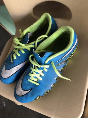 Free soccer use shoes size 8 women for Sale in San Pablo, CA