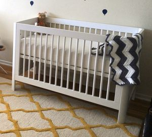 Baby bed/crib with conversion to toddler bed, mattress, and bedding! for Sale in Santa Monica, CA