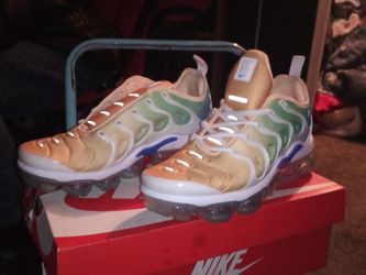 W AIR VAPORMAX PLUS SIZE 8 for Sale in Oklahoma City,  OK