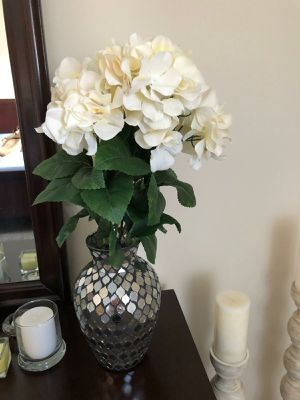 2 flower vases with flowers for Sale in Reynoldsburg, OH