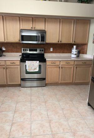 Cocina completa Para aquellos que estén haciendo una casa esta cocina está en muy buen estado incluye estufa lavaplatos todos los gabinetes de arriba for Sale in Tampa, FL